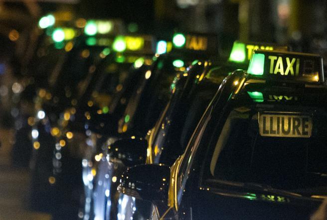 Accidente de tráfico taxi y Mossos